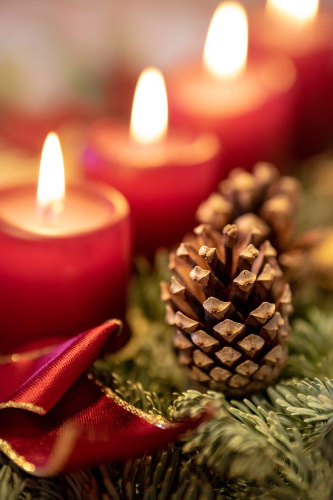 Pomme de pin et bougies - décorations de Noël