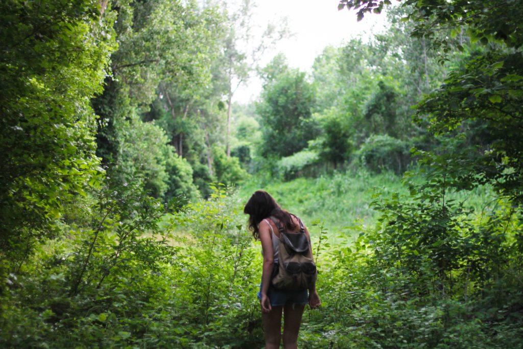 Femme se promenant dans la nature ; Ballade dans la nature. A la recherche d'une pierre.